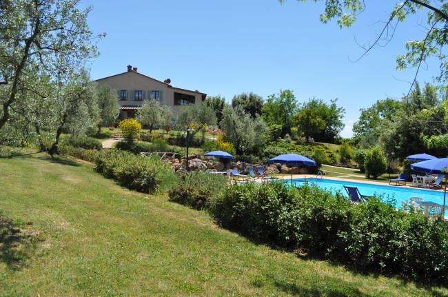 La piscina nel parco del Casale del Madonnino