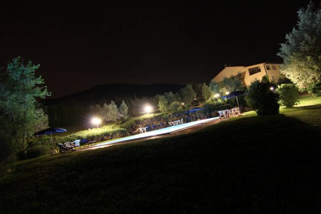 La piscina illuminata di notte