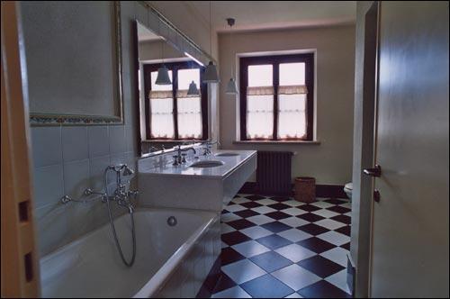 sala da bagno con doccia e vasca